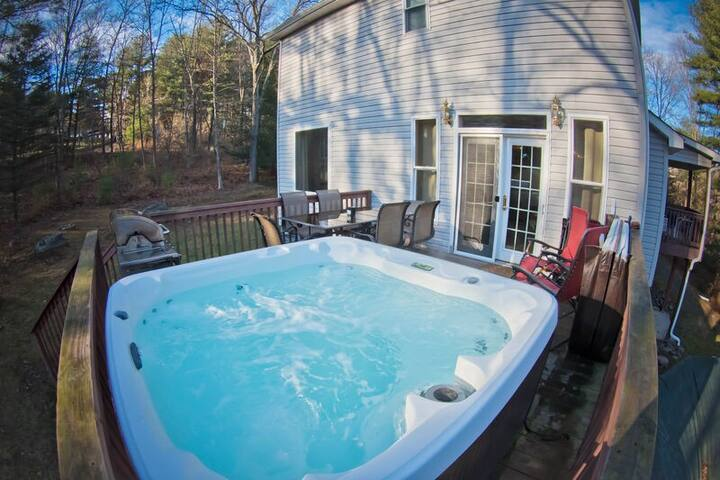 SF - Mountain View/ Game Room/ Private Pool/ Hot Tub/ Minutes to Mt. Airy