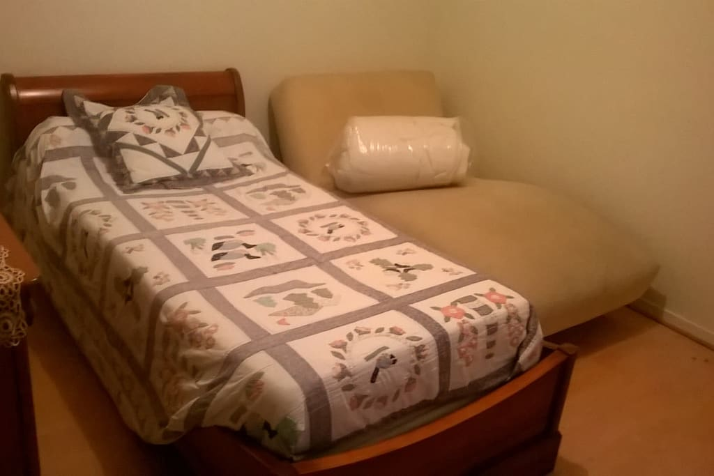 Une première chambre avec un lit double de 1 40 où en option un lit simple et un canapé.