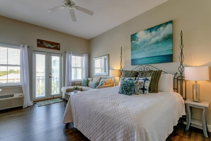 Adorable studio close to the beach w/ free WiFi, kitchenette, & shared pool!