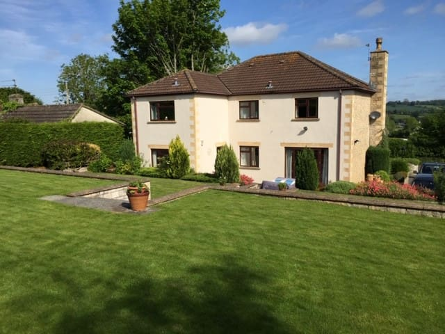 4- bedroom detached house with large garden