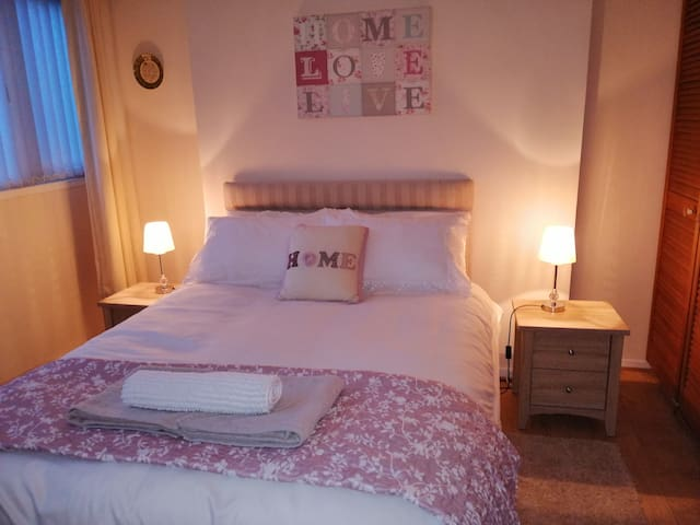 Spacious room + own bathroom + breakfast - Derry