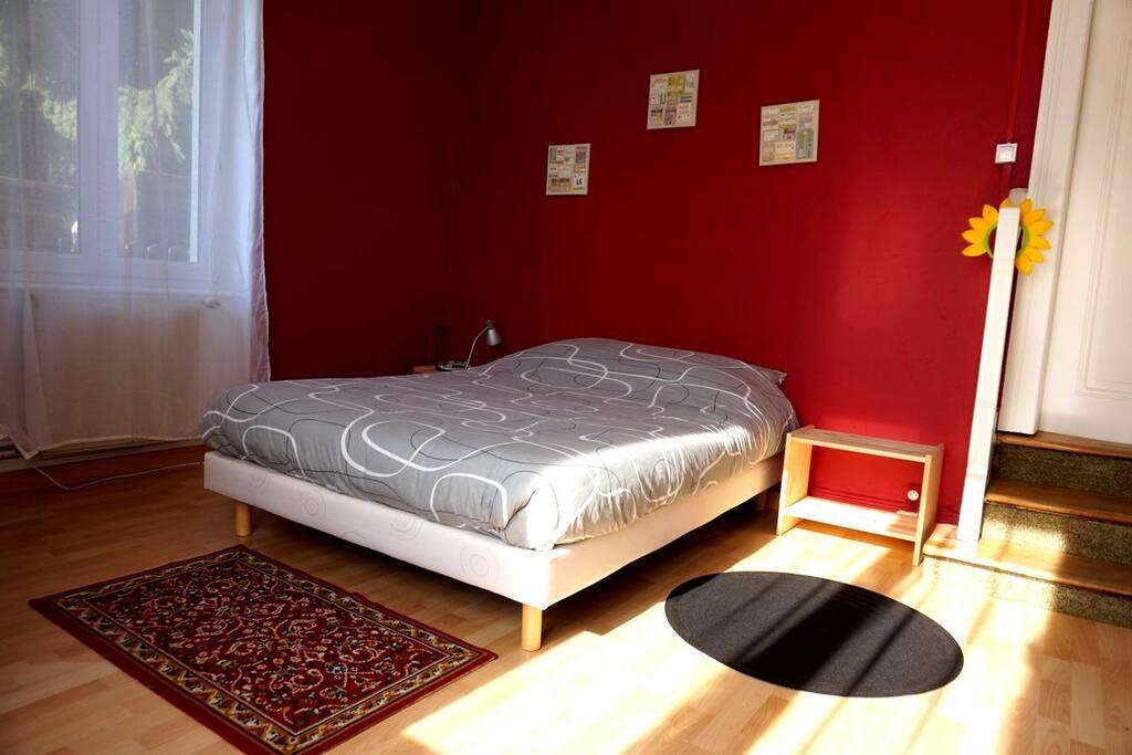 La chambre principale et le lit double.