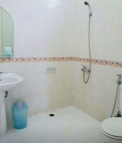 Kamar mandi di masing masing kamar tidur