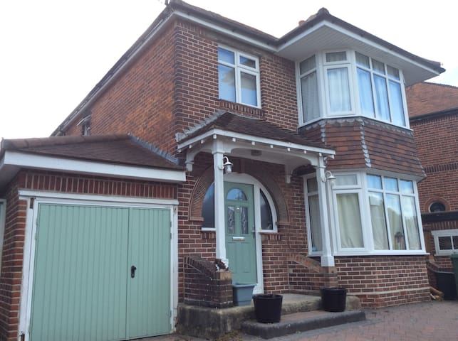 Large Southampton home close to city & forest