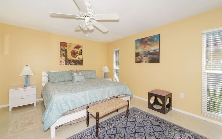 King Bed ❤ Fenced Yard, Very Close to Siesta Beach