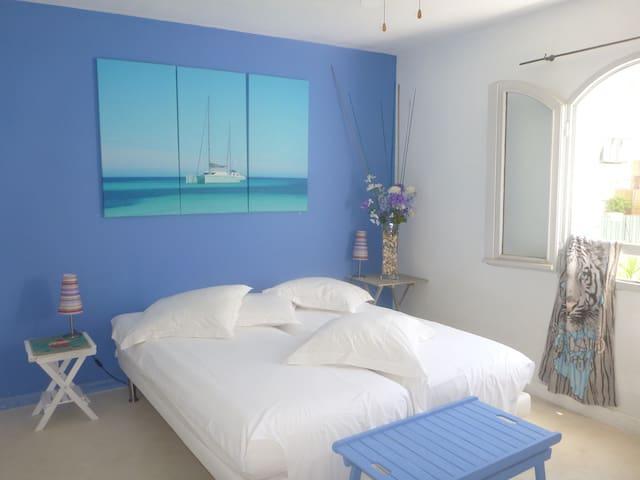 4 chambres, 2 lits en 160 cm,4 lits en 90 cm, pour 8 personnes à Calvi.