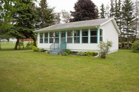 Cottage by water and golf. Close to Charlottetown