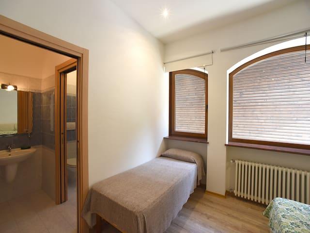 camera con letto matrimoniale, due letti singoli e bagno