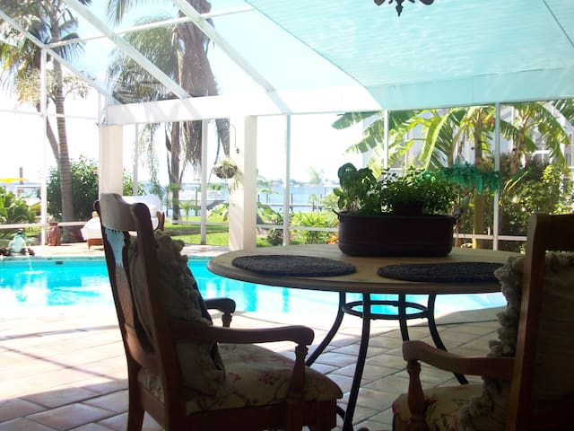 Dolphin View RiverFront Villa - Cape Coral - Appartement