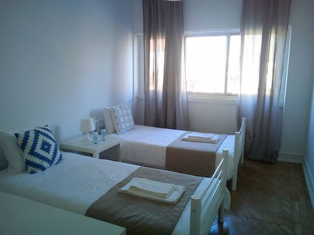 Lisbon private room two beds near airport - Lisbon - Apartment