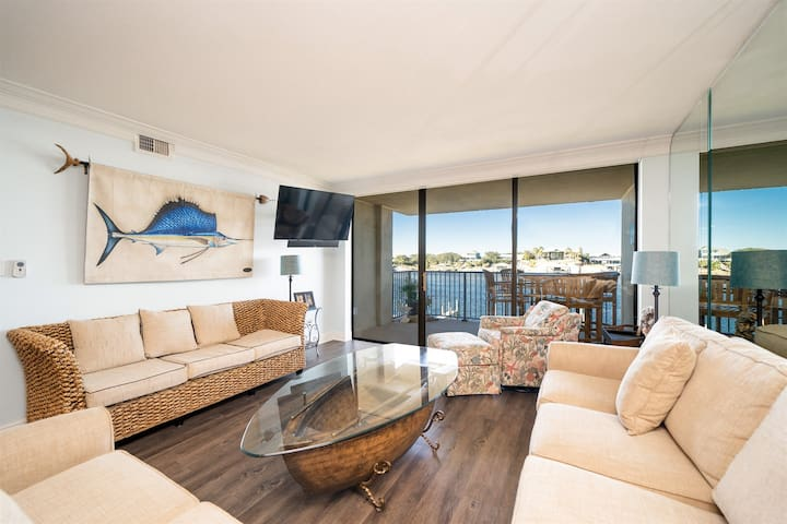New on Rental Market. Beautiful Ole River Views. Bring the Boat!