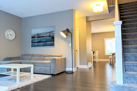 ENTIRE❤︎TOWNHOUSE 3BEDROOMS +PRIVATE DOUBLE GARAGE
