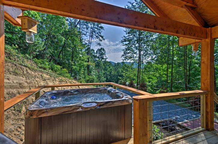 Mountain views, private hot tub, secluded studio, oh my!