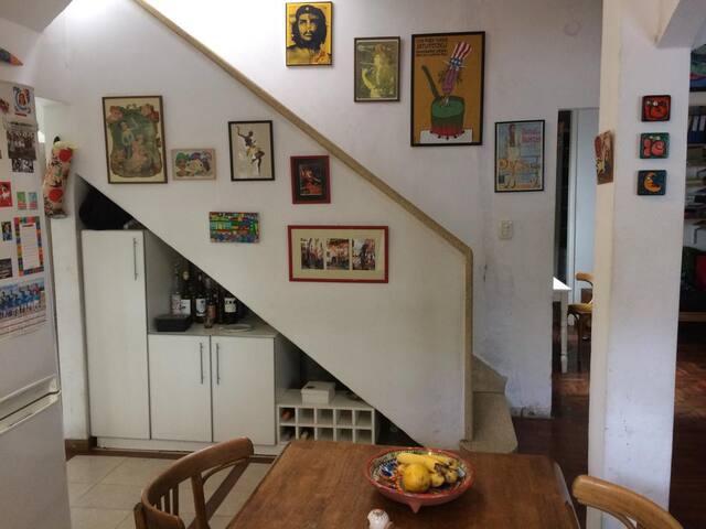 La escalera que lleva al primer piso donde se encuentra el cuarto