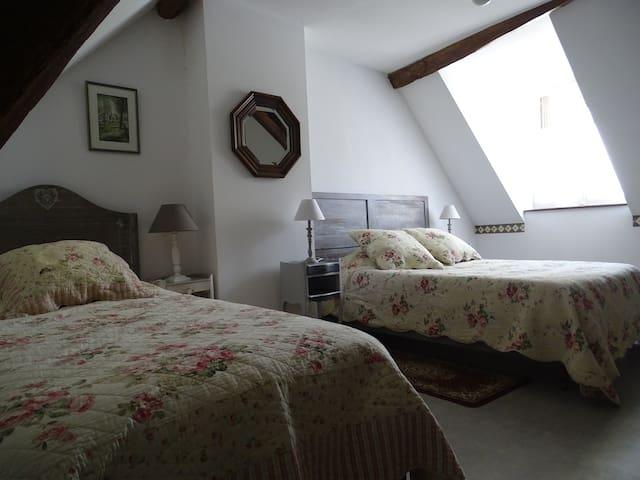 La 1ére chambre avec 1 lit 140 et 1 lit 90
