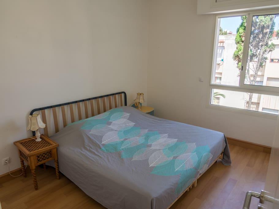 Chambre à louer. Disposition pour un couple avec un lit king size.