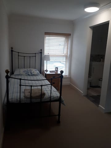 Ensuit Single Room in tranquil cottage house.