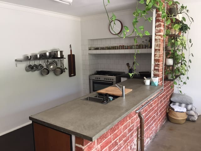 Fremantle 2 bed Cottage Walk to Beaches and Cafes - South Fremantle - House