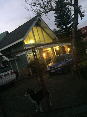 Loft room in a beautiful country home - Baguio - Bed & Breakfast
