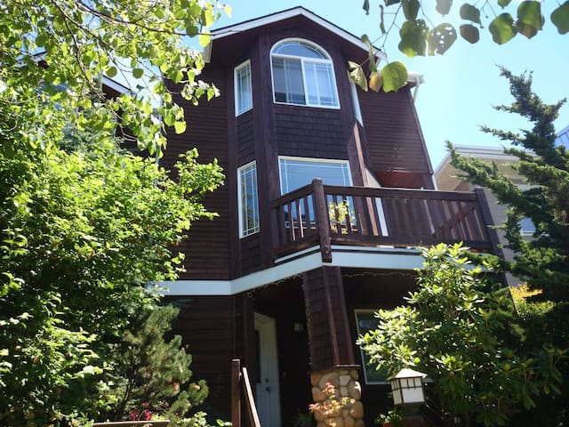 Eastlake Townhome (Private BR+BA)