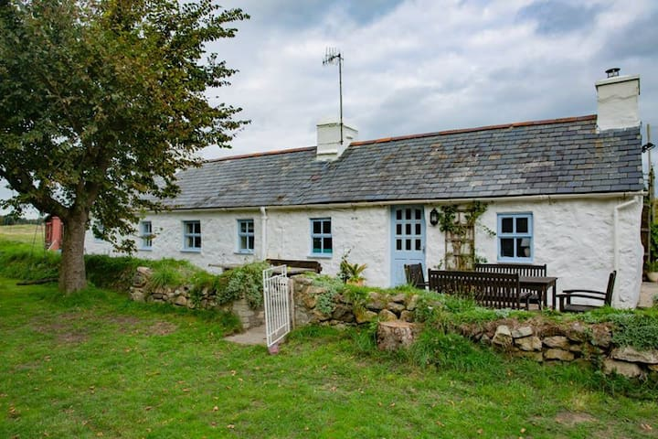 Iconic Welsh Cottage - unique location - nr beach