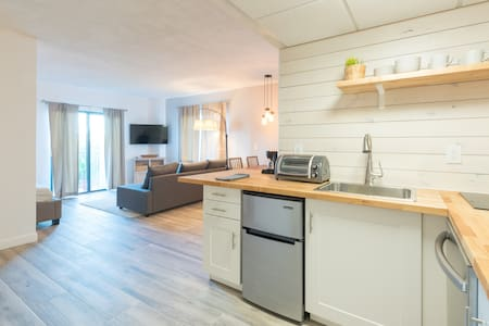 Deluxe Studio w/ Lakeview – free parking/pool