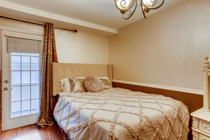 Beautiful Private Bedroom DTC, 15 min to Downtown