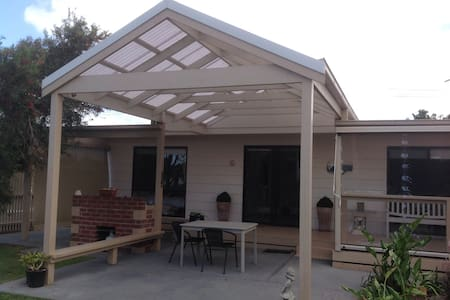 Cosy cottage 400m from a safe beach - Coronet Bay