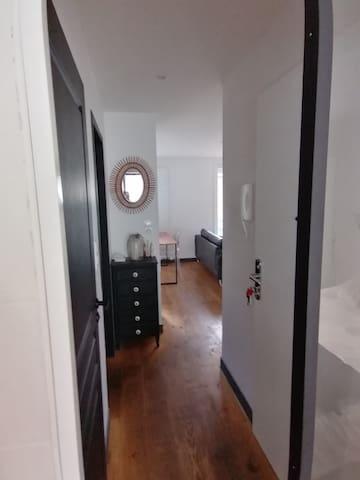 Appartement cosy+cour privée arborée