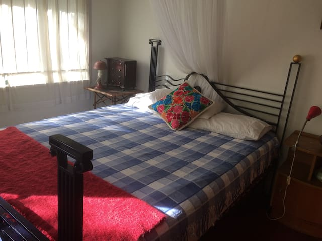 Bright airy clean quiet friendly -for women please - Tarragindi