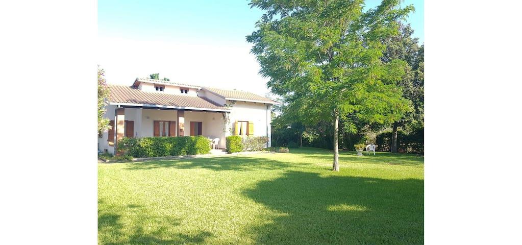 DOLLY - Villa da 6/8 p.letto con giardino a 200 mt dal mare