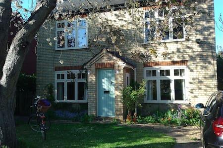 Lovely Edwardian village cottage - Casa