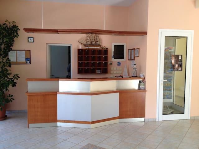Apartment für 2-3 Personen in Strandnähe - Agios Isidoros - Serviceret lejlighed