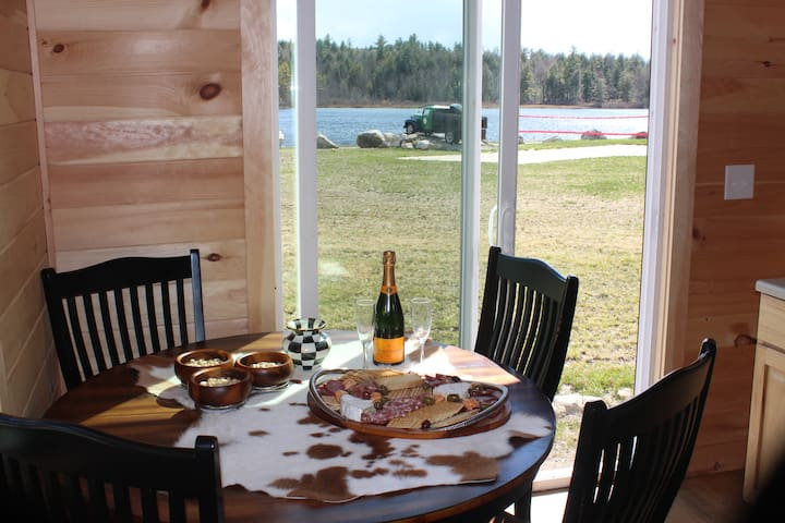 Waterfront romantic cabin getaway!