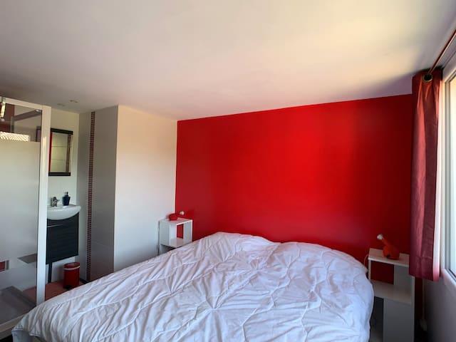 La chambre N°3 de la grande maison de Katalpa possède sa propre douche. Il possible d'avoir 2 lits simples.