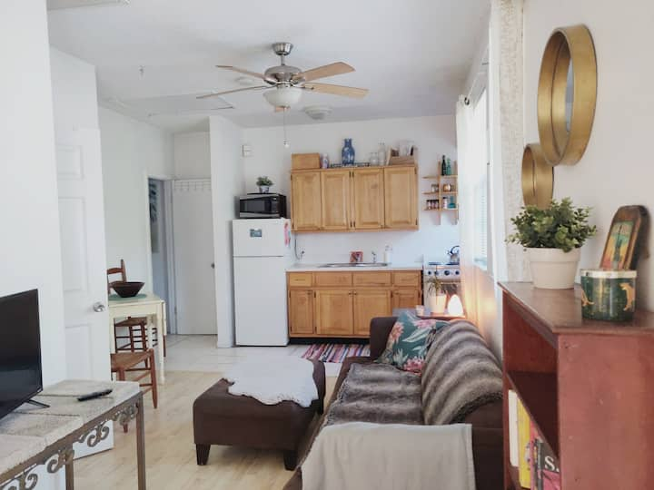 Cute, 2 bedroom apartment upstairs near downtown
