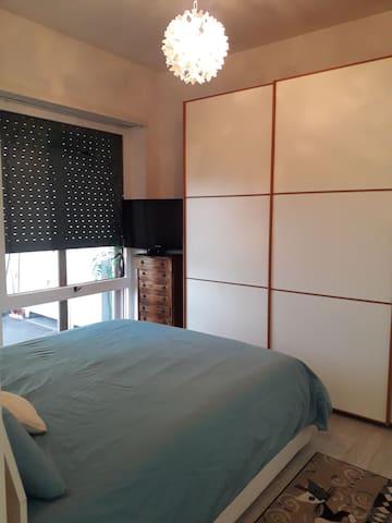Camera da letto dotata di un secondo terrazzo con stendibiancheria.