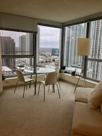 Luminous, spacious, convertible apt in West Loop