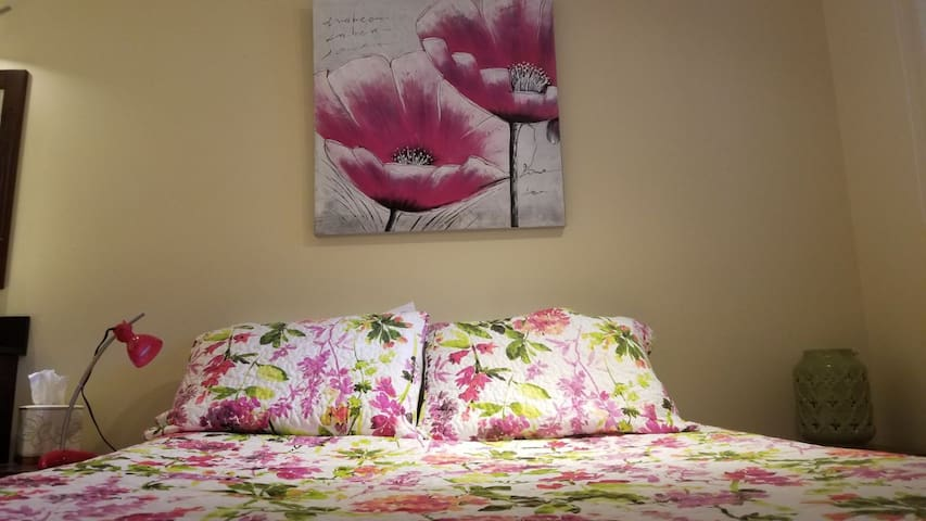 Queen bed with luxury sheets and 4 pillows