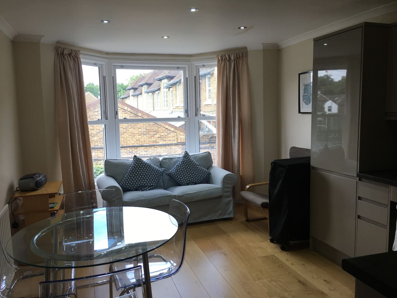 Lovely bright 3 bed flat near to centre of Kingston