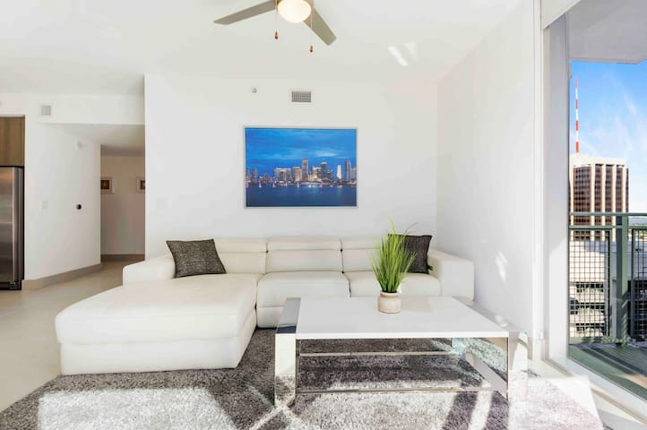 MAGNIFICENT DOWNTOWN 2 BEDROOMS • BAY & POOL VIEWS