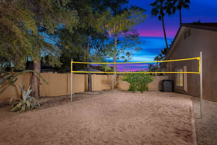 Kierland lux! Sand Volleyball court and firepit!