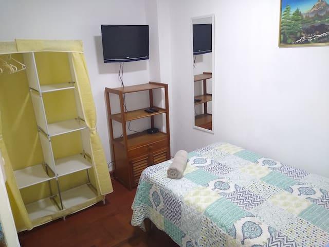 Tercera habitación con cama 1 1/2plz para 1 ó 2 personas.