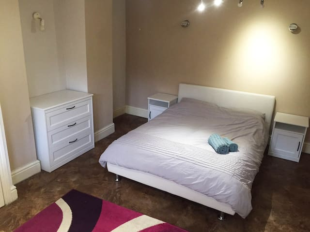Two double bed flat in trendy West Didsbury