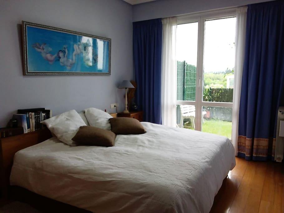 Dormitorio principal con salida al jardín
