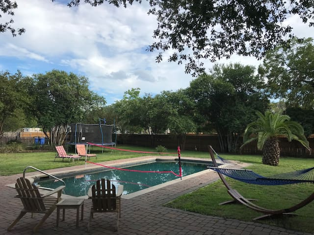 Charming, fully furnished, 1bedroom 1 bath apt nestled in the heart of Seguin