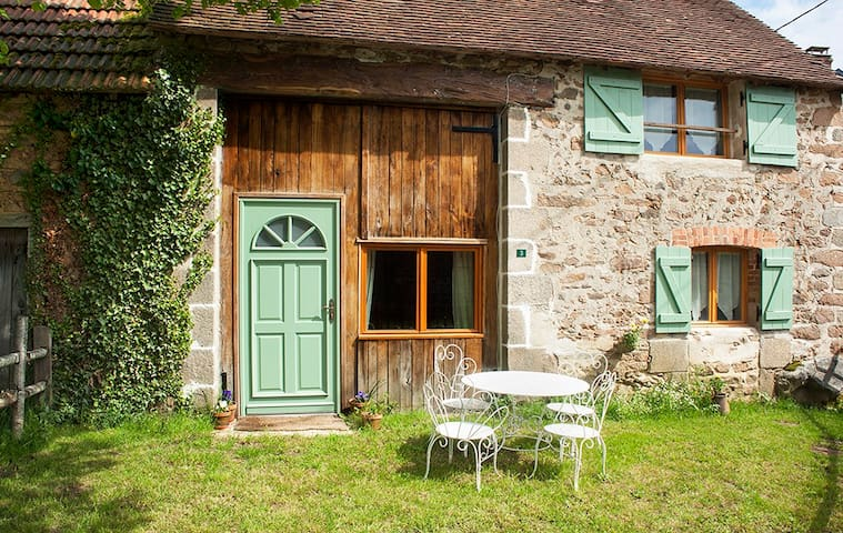 Rural, stylish Converted Barn - Naillat