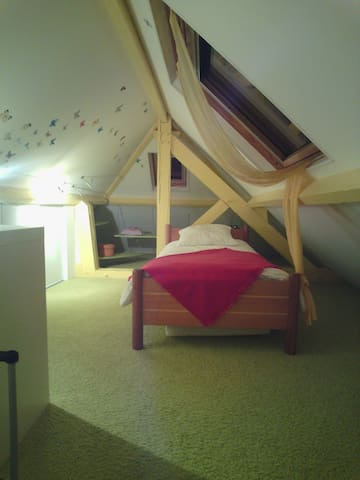 chambre lit simple sous le toit