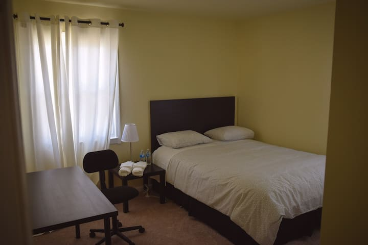 Springfield bright room close to metro( blue )