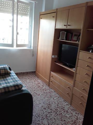 Habitación tv - sofá cama y cama abatible.
